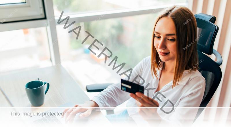 Mulher fazendo compra online - Haiflex